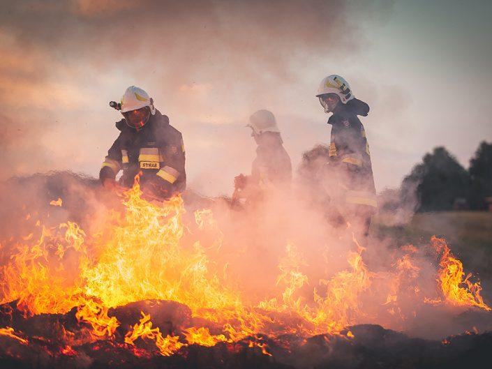 Pożar prasy i słomy w Leśnicy